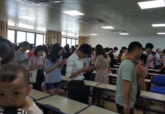 深圳成人高考现场确认考生排队图